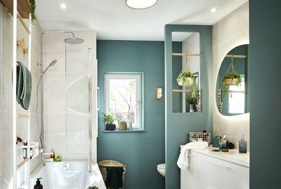 Petite salle de bain vert d'eau et blanc