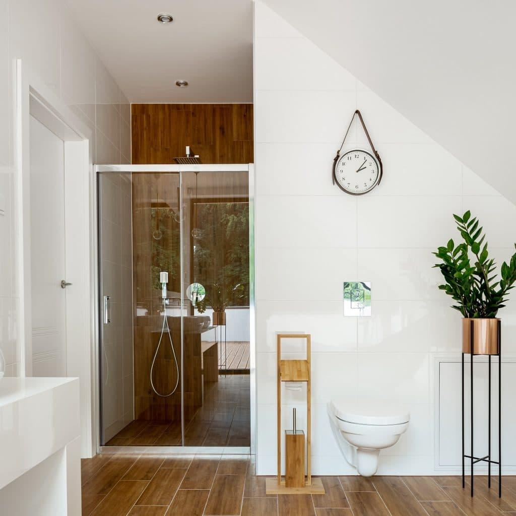 Salle de bain sous combles : quels sont les avantages et les inconvénients ?