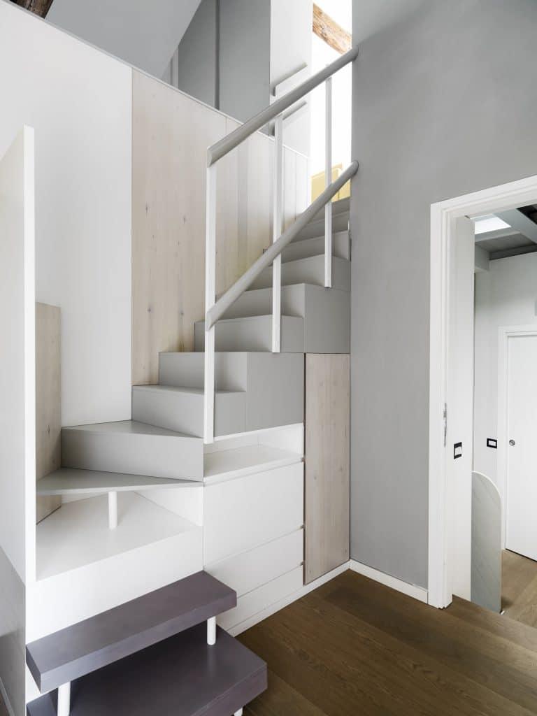 Comment installer le placard sous l'escalier?